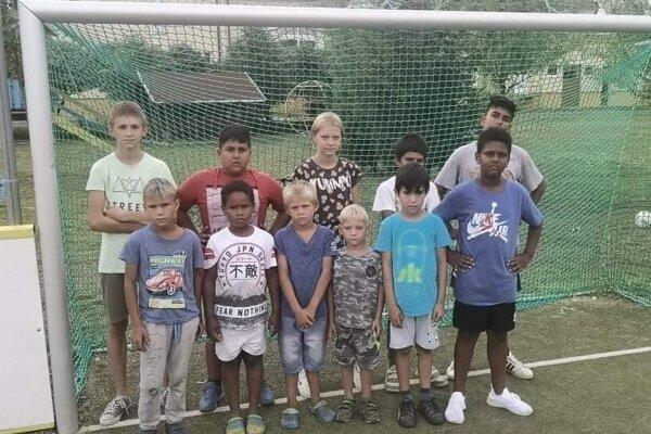 Niekoľko mládežníkov z Veľkých Draviec, ktorí musia hrávať futbal v okolitých obciach