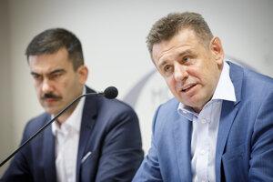 Podpredseda strany Attila Agócz a predseda strany László Sólymos (vpravo) počas tlačovej besedy predstaviteľov strany Most-Híd o záveroch Republikovej rady v súvislosti so vznikajúcou stranou Aliancia.