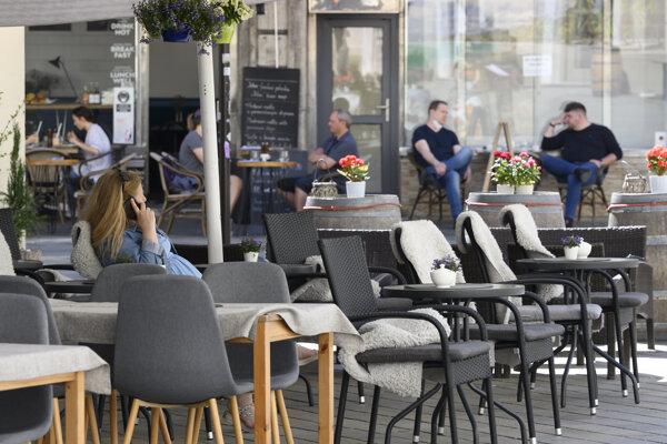 V režime OTP je v bordových okresoch povolené sedenie len na terasách.