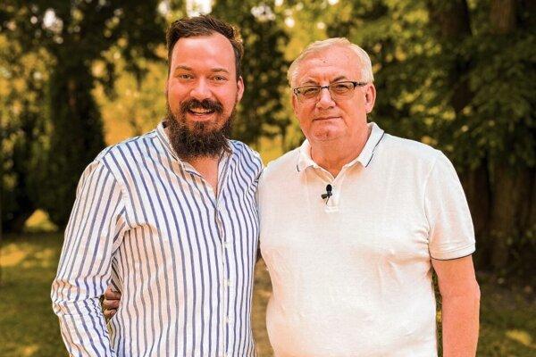 Lukáš  Pelč (vľavo) spravil s otcom Jurajom (vpravo) aj video, kde sa s ním rozpráva o jeho skúsenosti s ochorením COVID-19