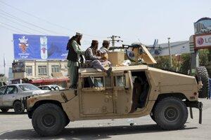 Bojovníci islamistického hnutia Taliban hliadkujú pred Medzinárodným letiskom Hámida Karzaja.
