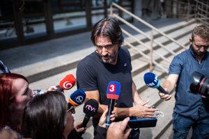 Bývalý minister vnútra SR Robert Kaliňák odchádza z Národnej kriminálnej agentúry po jeho výsluchu v postavení svedka v kauze Očistec.