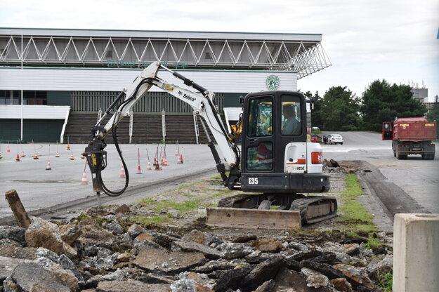 Opravy povrchu pred Mestskou športovou halou v Prešove.
