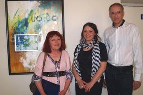 Sprava prednosta Boris Čech, autorka Zuzana Vatrtová a kurátoka Marta Hučková – pred obrazom s rámikom pre kamarátku.