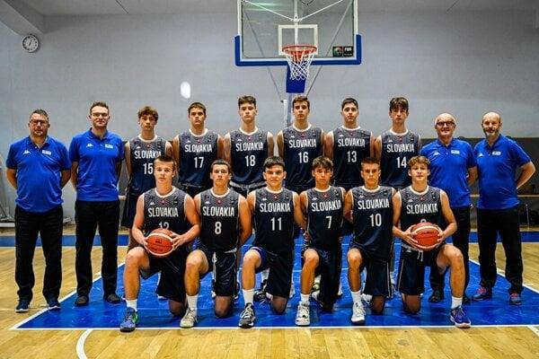 Tím SR do 16 rokov. Na snímke v hornom rade s číslom 13 Maroš Šimko, dolu Ľubomír Urban ml. (11) a Peter Kováčik (10).