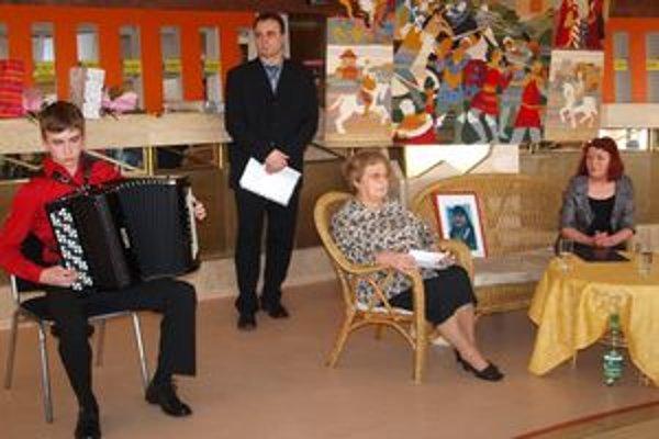 Výstavu otvoril hudobný program žiakov ZUŠ Jozefa Rosinského. Na snímke sprava Marta Hučková z Nitrianskej galérie, Eva Ruthová z Literárneho klubu Janka Jesenského a Róbert Mikulášik z KRAD.