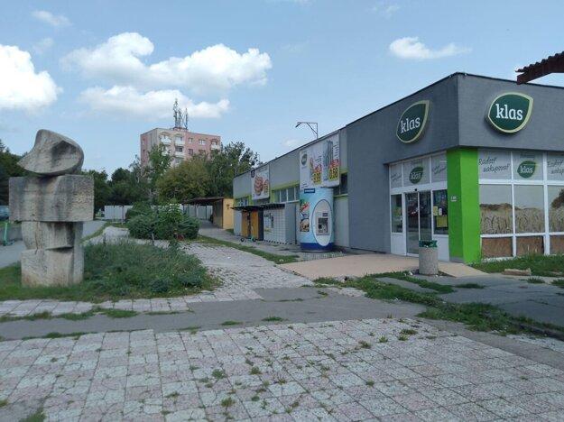 Na mieste supermarketu a pozemku za ním až takmer po bytovku v pozadí sa má postaviť nový Bytový dom s polyfunkciou Klas.