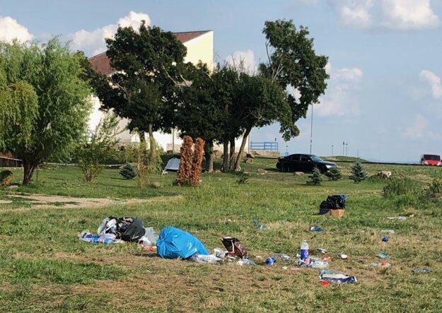 Odpad na brehoch Zemplínskej šíravy.
