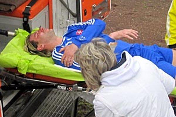 Lekári mali pohotovosť, sanitka odviezla pacienta zo štadióna, Peter Obložinský už v Bulharsku dohral.
