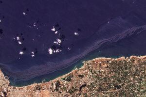 Ropná škvrna na satelitnej snímke.