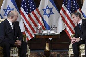Izraelský premiér Naftali Bennett počas rokovaní s americkým ministrom zahraničia Antonym Blinkenom