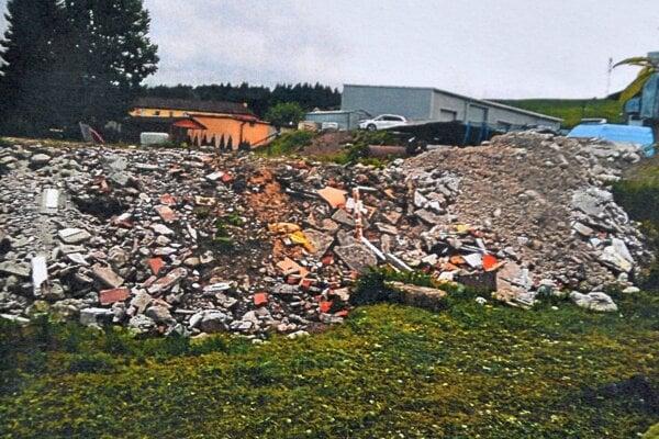Jedna z fotografií, ktorá má dokázať, že na pozemkoch je stavebný odpad.