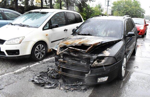 Zhorená Škoda Octavia po úmyselnom zapálení.