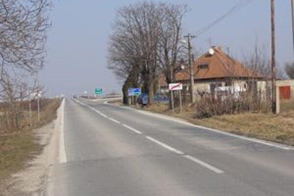 Obyvateľom, ktorí bývajú mimo obce chýbajú aj chodníky, aj zastávka.