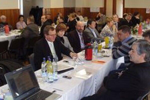Zasadnutie regionálneho ZMOSu, na ktorom schválili zámer postaviť spoločný domov pre seniorov.