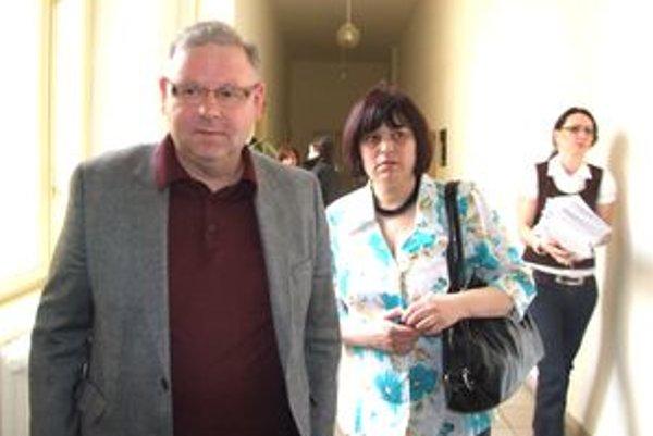 Šimonova mama Valéria Buchová s právnikom Petrom Koscelanským na súde.