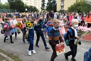 Deti prichádzajú na otvorenie školského roka na Základnej škole Hroncova 23 v Košiciach.