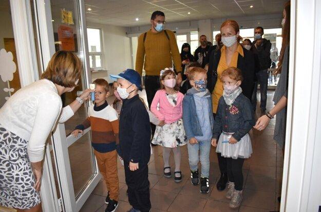 Deti si musia zvyknúť na rúška a každodenné meranie teploty.