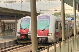 Dva z nových vlakov na prešovskej stanici. V pozadí starý pantograf.