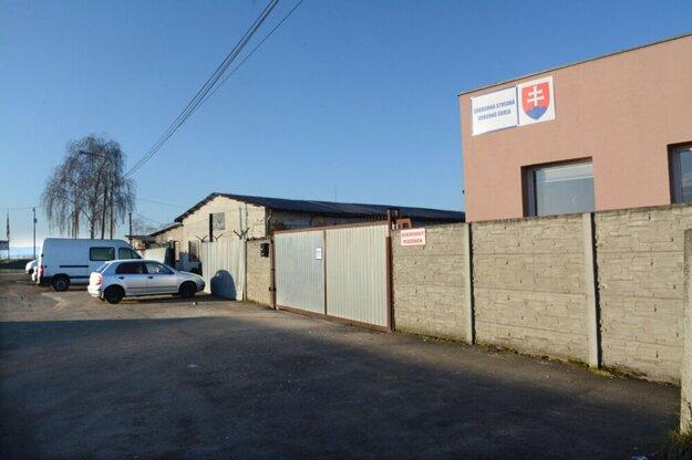 Súkromná škola na okraji Trebišova je obohnaná múrmi i ostatným drôtom.