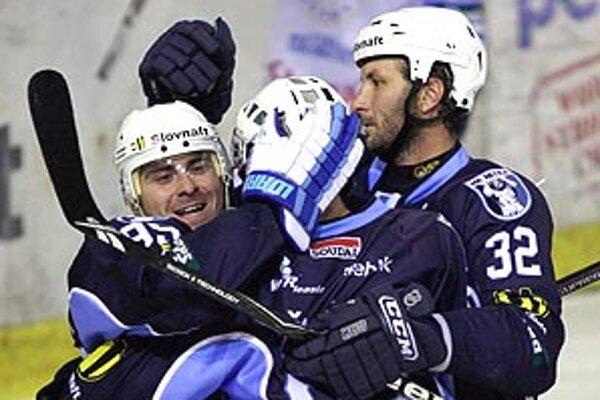 Hokejisti Nitry zažili radostný piatkový večer. V priamom súboji s Martinom si vybojovali miestenk do play-off.