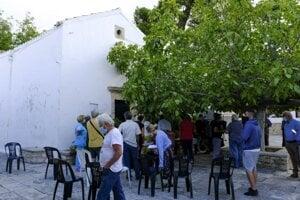 Ľudia čakajú na očkovanie proti covidu pred korstolom zasvätenom Panne Márii v meste Archanes na Kréte.