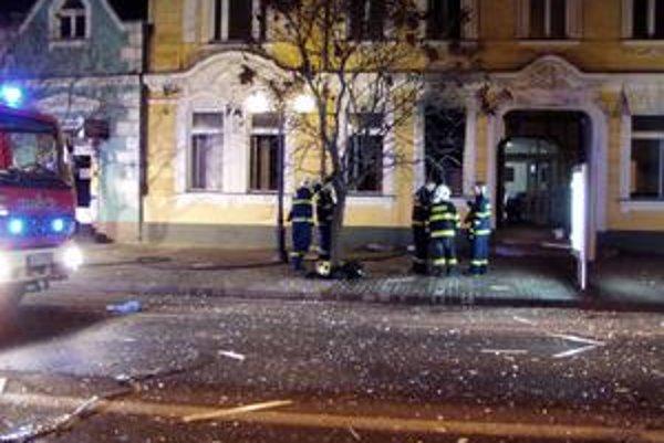 Požiarnici pred sídlom prepadnutej banky.