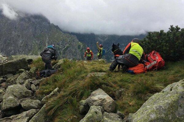 Záchranári sa všemožne snažili, no mladej žene už nedokázali pomôcť.
