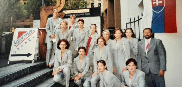 Marián Matyáš, (úplne vpravo) so svojími zverenkyňami, reprezentantkami SR na OH 2000 v Sydney pred Slovenským olympijským domom.