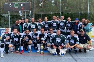 Skalickí hokejbalisti po triumfe na turnaji v Kladne.