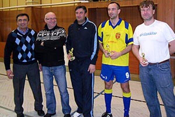 Zľava organizátor Vladimír Penzeš, primátor Tibor Tóth a traja ocenení hráči.