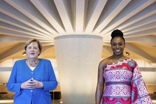 Nemecká kancelárka Angela Merkelová počas stretnutia s nigérijskou spisovateľkou Chimamandou Ngozi Adichie.