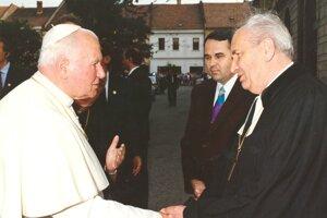 Pápež Ján Pavol II. v Prešove s biskupom Midriakom a Jozefom Oráčom 2. 7. 1995.