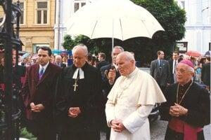 Historický moment spoločnej modlitby (1995): zľava Jozef Oráč, biskup Midriak, pápež Ján Pavol II. a gréckokatolícky biskup Hirka.