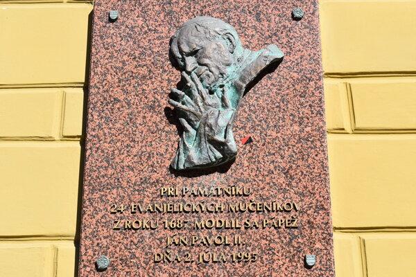 Pamätná tabuľa vytvorená Jozefom Bodnárom. Gesto Jána Pavla II. mal vryté do pamäti.
