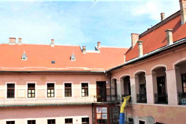 Strecha na jednej z najhonosnejších budov v Lučenci je už kompletne zrekonštruovaná.
