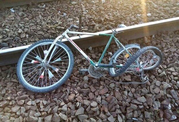 Bicykel je zničený, chlapec vážne zranený.