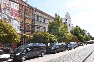 Policajné manévre okolo kňazského seminára (pohľad z Hlavnej ulice) vyvolávajú špekulácie, či sa Svätý Otec neukáže ľuďom aj v centre Košíc.
