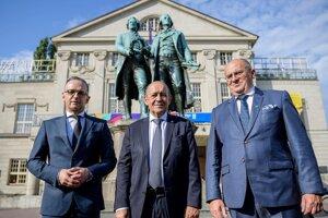 Zľava nemecký minister zahraničných vecí Heiko Maas, francúzsky minister zahraničných vecí Jean-Yves Le Drian a poľský minister zahraničných vecí Zbigniew Rau.