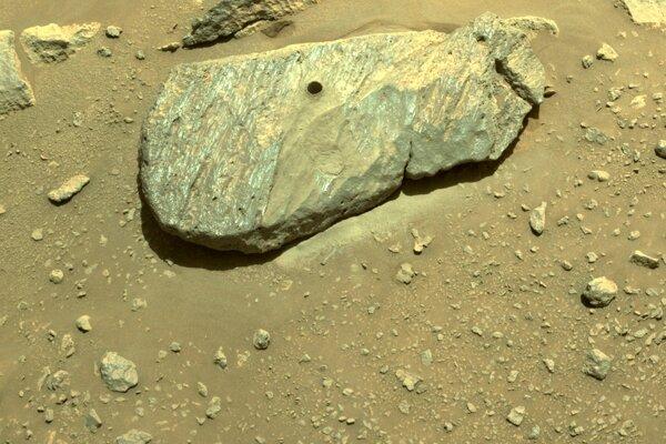 Diera v hornine vyvŕtaná roverom Perseverance, ktorému sa podarilo odobrať ďalšiu vzorku z Marsu.