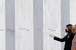 Viceprezidentka Kamala Harrisová prechádza okolo pamätníka obetí letu číslo 93 v obci Shanksville v štáte Pensylvánia.