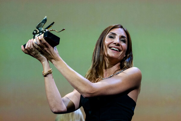 Audrey Diwanová pózuje s ocenením Zlatý lev za film Udalosť.