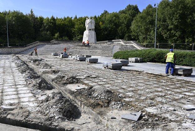 Oprava pamätníka už začala.