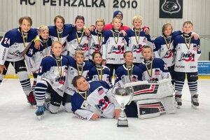 Šiestá hokejová trieda vybojovala striborné medaile na prestížnom turnaji.