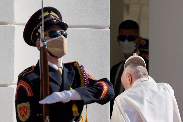 Pápež František si zložil čiapku pri vstupe do Prezidentského paláca.