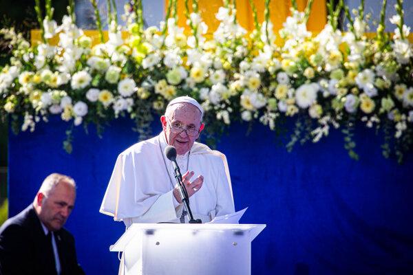 Pápež František počas svojho príhovoru v záhrade Prezidentského paláca v Bratislave.
