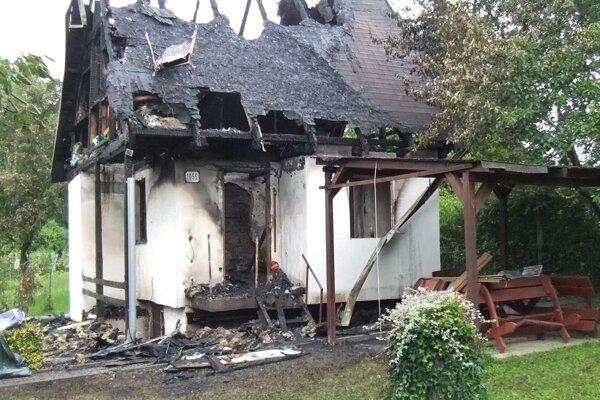 Podpaľač spôsobil Mariánovi Pikalíkovi škodu vhodnote 30 000 eur. Spálenú chatku bude musieť zbúrať.