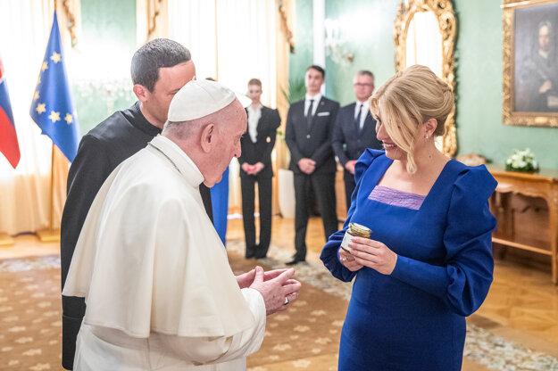 Zuzana Čaputová darovala pápežovi Františkovi symbolický peceň chleba, ale aj med z Prezidentskej záhrady.
