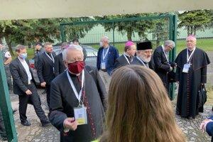Prišiel autobus so slovenskými biskupmi.