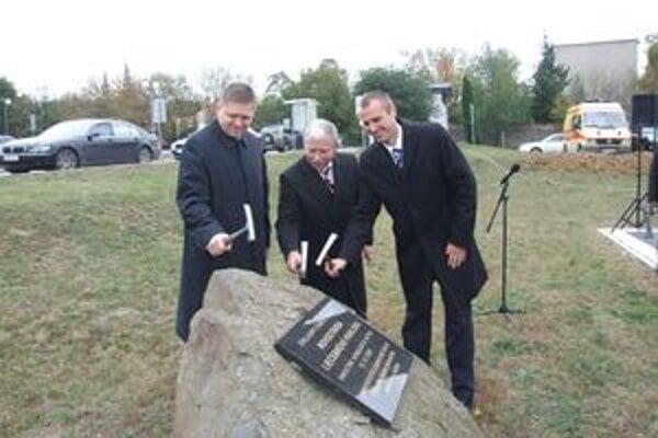 Výstavba nového pavilónu sa začala 15. októbra 2009. Vtedajší riaditeľ Jozef Valocký, funkcionár Smeru, poklepával základný kameň spolu s premiérom Ficom a ministrom Rašim. Funkcia námestníka, ktorý má manažovať výstavbu, vznikla až o rok neskôr.